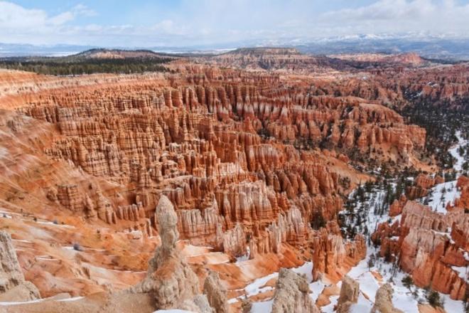 Nhung dia danh sieu thuc khong the bo qua khi toi My hinh anh 7 7. Vườn quốc gia Bryce Canyon, Utah: Đây chắc chắn sẽ là một trong những địa danh ấn tượng nhất nếu bạn ghé thăm. Bạn sẽ như lạc vào một thế giới khác bởi cấu trúc địa chất tuyệt đẹp của vườn Quốc gia này. Các kiến tạo đá màu đỏ, cam và trắng tạo ra cảnh quan vô cùng ngoạn mục cho du khách.