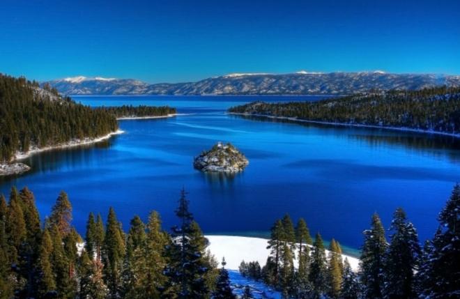 Nhung dia danh sieu thuc khong the bo qua khi toi My hinh anh 8 8. Hồ Tahoe, California: Tahoe là một khu trượt tuyết, nghỉ mát nổi tiếng dành cho các gia đình trong suốt kỳ nghỉ đông. Làn nước trong vắt và rất nhiều cây cối giúp Tahoe trở thành một địa điểm du lịch hoàn hảo.