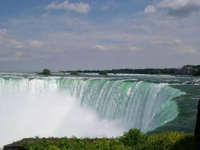 Nhung dia danh sieu thuc khong the bo qua khi toi My hinh anh 9 9. Thác Niagara, New York: Thác nước Niagara là một trong những địa danh nổi tiếng ở Mỹ, nó nằm dọc theo đường biên giới giữa Mỹ và Canada. Thác Niagara đẹp vào mọi mùa, nhưng có lẽ ấn tượng và thu hút nhiều du khách nhất khi thác nước đóng băng trong thời tiết lạnh giá của mùa đông.