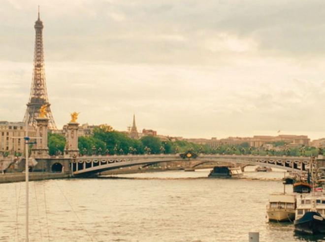 7. Midnight In Paris (Nửa đêm ở Paris): Nhân vật chính của bộ phim là Gil, một chàng nhà văn người Mỹ, cùng vị hôn thê xinh đẹp Inez đến Paris trong một kỳ nghỉ. Một người thì bị mê hoặc bởi vẻ đẹp lãng mạn, cổ kính của thủ đô nước Pháp, còn vị hôn thê của anh lại chìm đắm trong sự hiện đại của Paris.