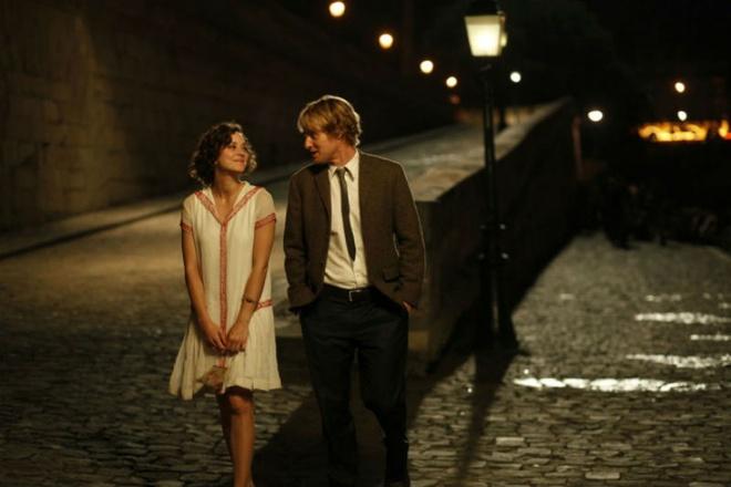 Bộ phim đưa người xem đắm chìm vào không gian cổ điển, ngọt ngào của các lễ hội của một Paris huyền ảo và cổ kính.