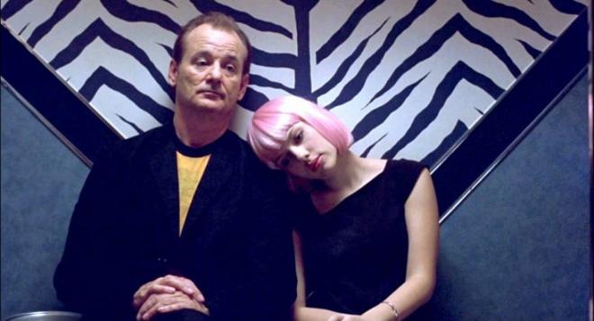 9. Lost In Translation (Lạc Lối ở Tokyo): Bộ phim xoay quanh 2 người Mỹ khác nhau về mọi mặt gặp gỡ tại một khách sạn ở Tokyo. Nhưng họ có một điểm chung là đều cảm thấy cô đơn, lạc lõng giữa thành phố Tokyo rộng lớn và tìm thấy sự đồng điệu, chia sẻ trong mắt nhau.