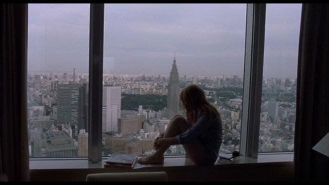 Mặc dù thiên về tâm lý, Lost In Translation vẫn khiến người xem thích thú với một Tokyo vừa ồn ào, náo nhiêt, vừa tĩnh lặng, thâm trầm.