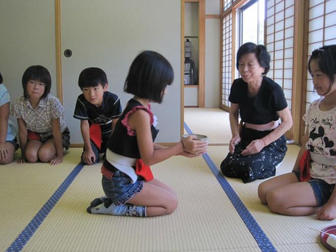 2. Ngồi dưới sàn nhà: Ghế cũng có trong những gia đình Nhật Bản, nhưng họ lại thích ngồi dưới sàn nhà hơn. Người nước ngoài có thể thấy bẩn khi ngồi dưới sàn nhà, nhưng đối với người Nhật, nó thoải mái hơn ngồi trên sofa. Bên cạnh đó, việc trải tatami (loại chiếu truyền thống của Nhật) bao phủ toàn bộ sàn nhà cho thấy sàn nhà rất sạch sẽ và bạn không được phép đi giày dép vào bên trong.