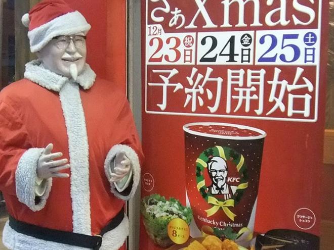 8. Ăn gà KFC trong lễ Giáng sinh: Giáng sinh không phải là một ngày lễ quốc gia của Nhật bản nhưng ngày lễ này sẽ không hoàn chỉnh nếu thiếu món gà rán KFC. Phong trào ăn gà KFC trong lễ Giáng sinh bắt đầu từ những năm 1970 khi một nhóm người nước ngoài mua gà KFC để thay thế gà tây cho ngày này. Sau đó, KFC cảm thấy đây là một cơ hội thương mại nên chiến dịch tiếp thị