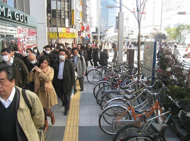 9. Đeo khẩu trang ở mọi nơi: Người nước ngoài lần đầu tới Nhật chắc chắn sẽ ngạc nhiên khi thấy ở đâu mọi người cũng đeo khẩu trang. Từ trường học, tàu điện ngầm, nơi làm việc hay trên đường phố, nhưng mục đích không chỉ là vấn đề sức khỏe. Trên thực tế, người Nhật đeo khẩu trang vì nhiều lý do khác nhau: ngăn chặn lây nhiễm cho người khác khi bị ốm, che mặt khi ra ngoài mà không trang điểm, hay đôi khi nó chỉ là một phụ kiện thời trang.