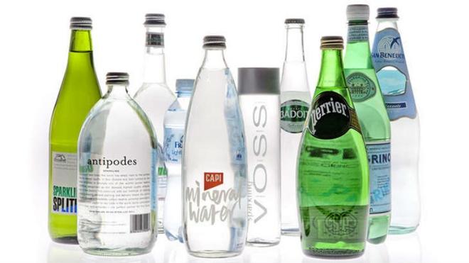 Nhung dieu gay soc khi lan dau den Duc hinh anh 6 6. Nước soda là đồ uống yêu thích: Người Đức rất thích uống nước Soda, thậm chí họ còn trộn nó với nước táo, bia hay rượu. Khi bạn đi tới nhà hàng, bạn sẽ không được phục vụ một ly nước miễn phí, mà phải tự gọi một chai nước riêng và yêu cầu có ga hay không ga. Việc phục vụ nước khoáng bị coi là hành động thô lỗ ở Đức.