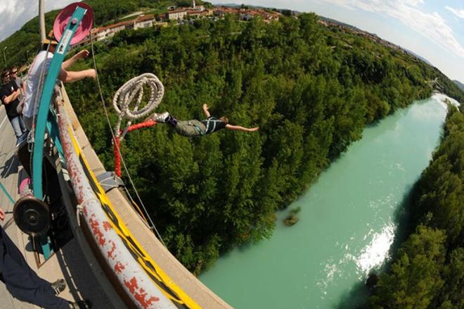 2. Solkan, Slovenia: Là địa điểm nhảy bungee duy nhất ở Slovenia, Top Extreme cho phép bạn nhảy từ cây cầu Solkan gần thành phố Nova Gorica ở độ cao 55m. Bạn có thể thưởng thức phong cảnh tuyệt đẹp ở đây trước khi nhảy xuống làn nước xanh ngọc của dòng sông Soca nổi tiếng.