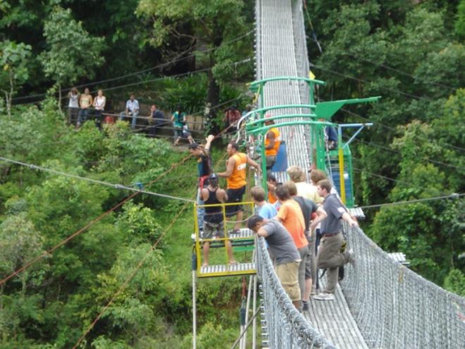 3. Sindhupalchok, Nepal: Bạn có đủ can đảm để thực hiện một cú nhào lộn ngoạn mục từ độ cao 160m trên cây cầu treo dài nhất Nepal xuống dòng sông Bhote Kossi với dòng chảy xiết dữ dội không? Hãy tới The Last Resort, điểm nhảy bungee nổi tiếng của Nepal nằm ở một hẻm núi gần biên giới Tây Tạng.