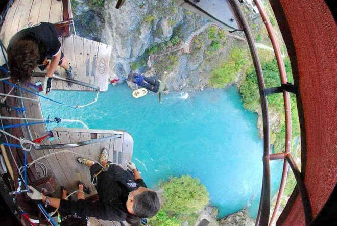 4. Queenstown, New Zealand: Điểm nhảy bungee cao nhất ở New Zealand chính là trên sông Nevis với độ cao 134m. Bạn sẽ có khoảng 8,5 giây để thả mình vào không gian đầy tự do và thú vị trong thung lũng Nevis tuyệt đẹp.