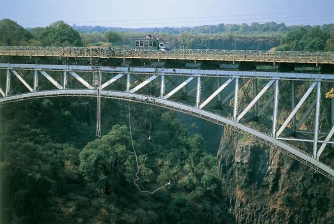 6. Thác Victoria, Zambia: Cây cầu Victoria Falls bắc ngang sông Zamberi, nối liền Zimbabwe và Zambia sẽ cho bạn trải nghiệm cảm giác rơi tự do từ độ cao 111m và chiêm ngưỡng khung cảnh hùng vĩ của thác Victoria.