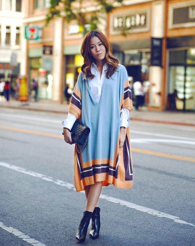 Nếu yêu thích vẻ đẹp ấn tượng, cách phối khăn choàng dạng áo khoác bên ngoài áo sơ mi rất đáng cho bạn tham khảo.