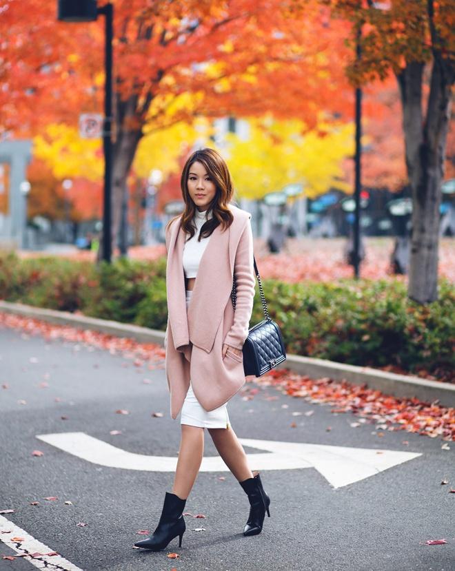 3. Bốt đen, crop top và trend coat. Những chiếc áo khoác phom rộng, dáng dài đang độc chiếm phố phường trong mùa đông năm nay. Để trend coat vào đông thật mới và khác biệt, cách mix, match ấn tượng với crop top như fashionista Jenny T rất đáng cho bạn tham khảo.