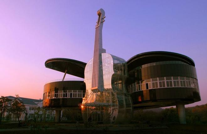 Nhung toa nha doc nhat vo nhi tren the gioi hinh anh 1 1. Tòa nhà piano: Chính quyền tỉnh An Huy, Trung Quốc đã xây dựng tòa nhà hình dạng một chiếc piano để trong chiến dịch thu hút khách du lịch và các nhà đầu tư vào khu vực nông thôn này. Điểm độc đáo nữa của tòa nhà chính là chiếc violin được xây dựng làm cửa sổ và một cầu thang bên trong để đi tới các tầng của tòa nhà piano này.