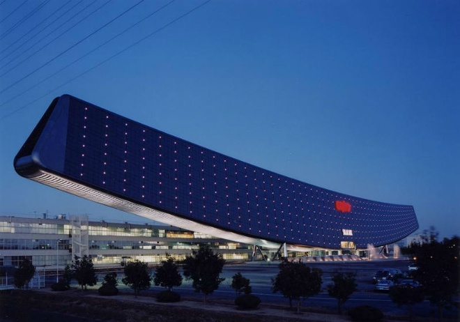 Nhung toa nha doc nhat vo nhi tren the gioi hinh anh 11 11. Solar Ark: Tọa lạc tại Gifu Prefecture, tòa nhà Solar Ark do Công ty Sanyo xây dựng ở Nhật Bản mang hình ảnh tương tự như một con thuyền vĩ đại dài 315 m, cao 37 m, nặng 3.000 tấn. Solar Ark là một bảo tàng và phòng thí nghiệm được bảo vệ trong các tấm năng lượng mặt trời, tạo ra hình dáng ấn tượng này.