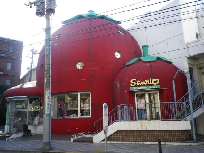 Nhung toa nha doc nhat vo nhi tren the gioi hinh anh 12 12. Ngôi nhà dâu tây: nằm ở thành phố Tokyo, Nhật Bản, ngôi nhà có tên là Sanrio thực chất là một cửa hàng trông rất đáng yêu với hình dạng một quả dâu tây. Nội thất trong cửa hàng cũng rất dễ thương và bán đầy đủ các hàng hóa, đặc biệt là những thứ liên quan đến Hello Kitty. Đây là một ví dụ điển hình của xu thế xây dựng các tòa nhà hình trái cây đang ngày càng tăng trên thế giới.