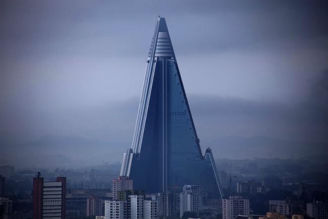 Nhung toa nha doc nhat vo nhi tren the gioi hinh anh 16 16. Khách sạn Ryugyong: Khách sạn hiện vẫn chưa hoàn thành thuộc Bắc Triều Tiên. Nó được xây dựng như một biểu tượng quyền lực của chính phủ, một lời nhắc nhở cho người dân và du khách. Dự án này đã được tiến hành trong hơn 1/4 thế kỷ mà vẫn chưa xong.