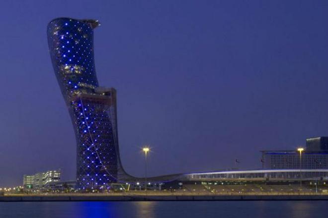 Nhung toa nha doc nhat vo nhi tren the gioi hinh anh 17 17. Tháp nghiêng Capital Gate: Tọa lạc ở Abu Dhabi, UAE, tháp nghiêng này được coi là một trong những khách sạn chọc trời độc đáo trên thế giới. Do hình dạng của nó như vậy nên mỗi phòng trong khách sạn cũng có kích thước khác nhau. Tòa nhà này được ghi vào kỷ lục Guinness với danh hiệu