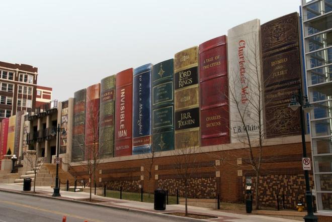 Nhung toa nha doc nhat vo nhi tren the gioi hinh anh 18 18. Thư viện thành phố Kansas: Thư viện công cộng này nằm ở Missouri, Mỹ, có bề ngoài như chiếc giá đựng đầy sách. Những cuốn sách trên chiếc