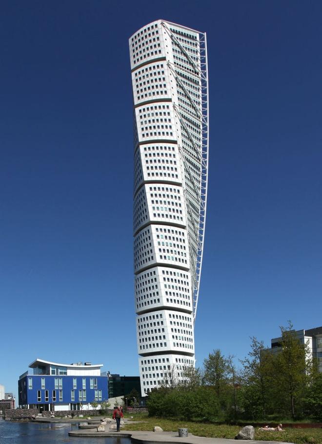 Nhung toa nha doc nhat vo nhi tren the gioi hinh anh 3 3. Tòa nhà xoắn 90 độ: Nằm ở Malmo, Thụy Điển, tòa nhà chọc trời xoắn này là một chung cư, bao gồm các văn phòng và căn hộ sang trọng của thành phố. Đây được coi là tòa nhà cao nhất ở Thụy Điển và được xây dựng theo hình dạng xoắn khung xoay 90 độ.