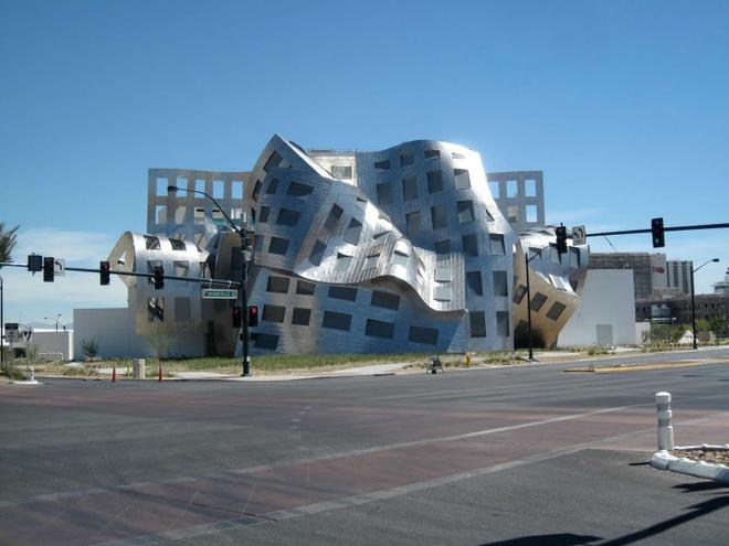 Nhung toa nha doc nhat vo nhi tren the gioi hinh anh 5 5. Trung tâm Lou Ruvo: Thiết kế trông giống sự biến dạng của thép, đây là một chi nhánh của Cleveland Clinic, dành riêng để cung cấp, chăm sóc và thực hiện các nghiên cứu về y tế. Tòa nhà độc đáo này nằm ở thành phố Las Vegas, Nevada.