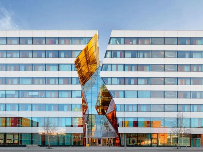 Nhung toa nha doc nhat vo nhi tren the gioi hinh anh 8 8. Tòa nhà Ericsson Kista: Trụ sở chính của tập đoàn viễn thông Ericsson ở thành phố Stockholm, Thụy Điển là tòa nhà Kista đầy màu sắc. Đây được coi là một thiết kế chuyên nghiệp tạo ra những ảo ảnh của tòa nhà. Kista được chia làm đôi và nổi bật với những sắc thái vàng, cam khác nhau của kính cửa sổ giữa hai tòa nhà.