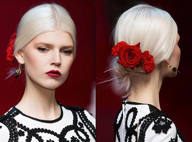 2. Cài tóc hoa hồng đỏ. Những bông hoa hồng nhung đỏ rực được lăng xê từ sàn diễn của thương hiệu cao cấp Dolce & Gabbana với vẻ đẹp mang âm hưởng Tây Ban Nha gợi cảm và quyến rũ.