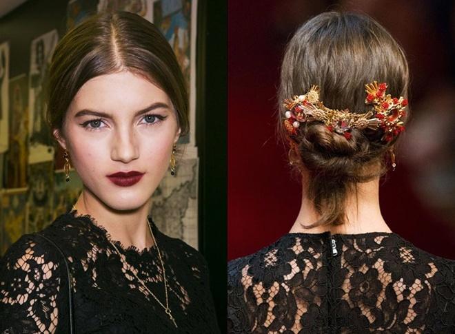 Những bông hoa nhỏ li ti đỏ rực được chế tác tinh tế, sắc sảo kết hợp các chi tiết trang trí bằng vàng trong bộ sưu tập xuân hè của Dolce & Gabbana chắc chắn sẽ giúp bạn thêm quyến rũ, duyên dáng hơn trong mắt người đối diện.