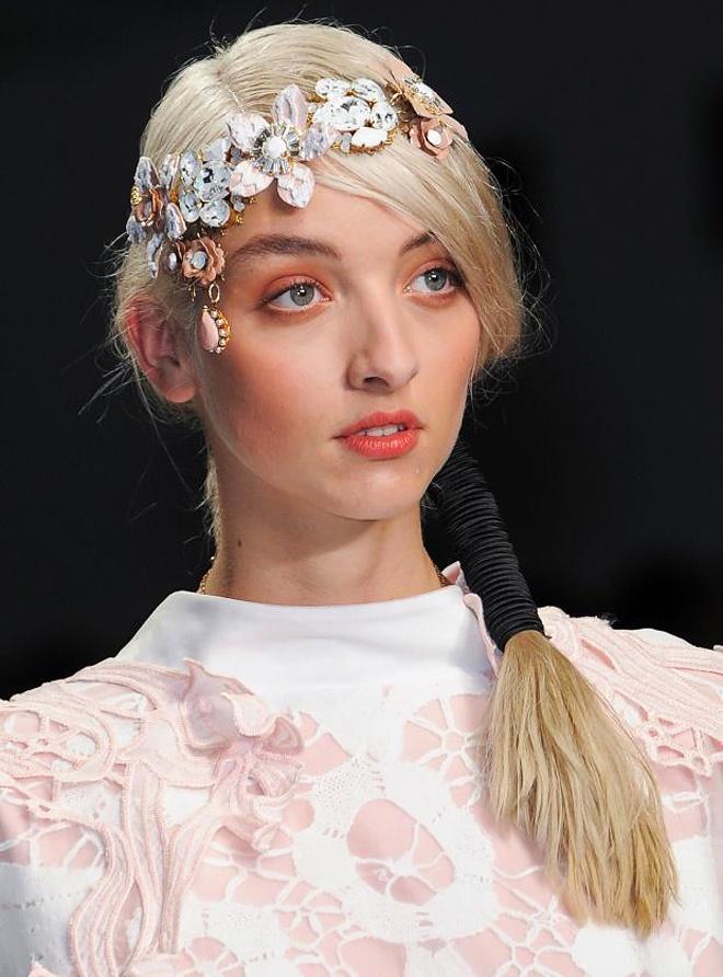 Băng đô cài tóc trang trí thành 1 vòng hoa ngang trán cũng là một kiểu phụ kiện hoa rất đáng cân nhắc cho năm mới 2015.