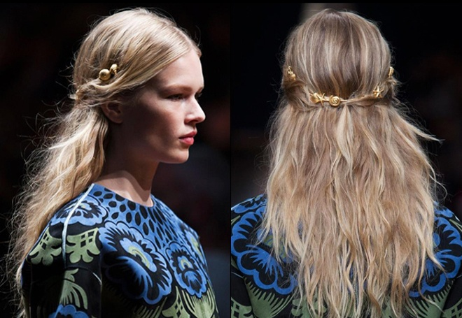 """Bộ sưu tập cài tóc """"Đại dương vàng"""" của Valentino với những chiếc vỏ ốc được chế tác tinh tế từ vàng thật, được gắn kết khéo léo trên mái tóc suông dài, hơi xoăn nhẹ tự nhiên của người mẫu đã khiến giới mộ điệu phải ngất ngây trong buổi trình diễn thời trang xuân hè 2015."""