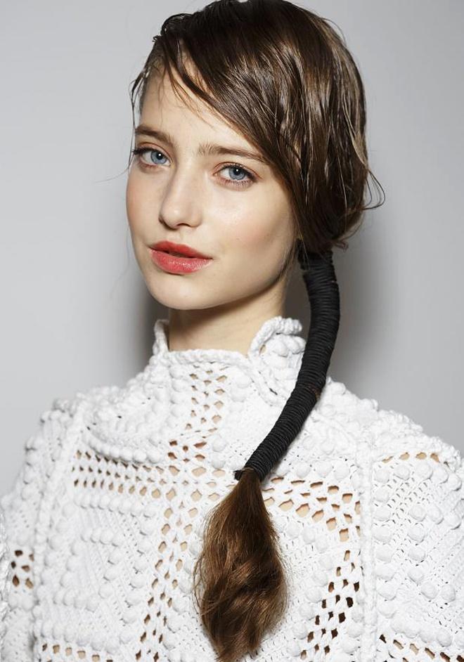 9. Buộc tóc bằng dây da. Nhà thiết kế Thổ Nhĩ Kỳ Boka Aksu đã giới thiệu 1 kiểu tóc mới đầy thú vị trong năm 2015, bằng cách đánh rối phần mái, dùng dây da quấn quanh đuôi tóc và buông lệch qua vai. Kết hợp trang điểm nhẹ nhàng, chỉ tô đậm phần môi, bạn sẽ khiến người khác phải ngất ngây với vẻ đẹp vừa hiện đại vừa rất nữ tính và cuốn hút của mình.