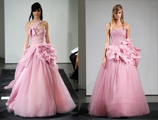 Bi quyet chon vay cuoi phu hop voi moi co dau hinh anh 18 Do làn da vàng đặc trưng Á Châu nên hầu hết phụ nữ Việt thường chọn màu trắng truyền thống cho váy cưới. Tuy nhiên, để hoàn hảo và tươi mới hơn trong ngày vui trọng đại của mình, bạn có thể xen kẽ thêm nhiều sắc màu váy cưới khác như màu hồng, đỏ, hoặc các tông màu lạnh, nhưng tránh các gam màu nhạt hay trầm như xám tro, xanh nhạt, tím nhạt ….