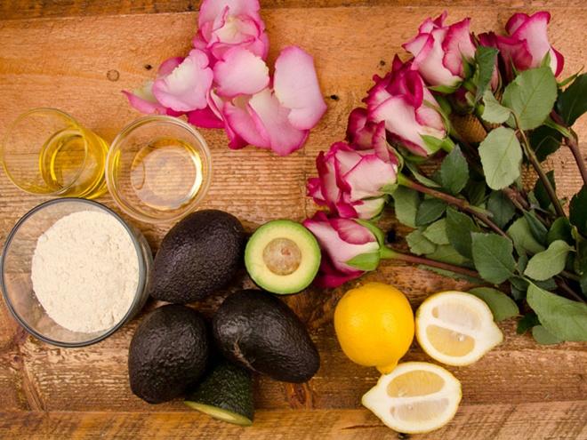 Để chế tạo mặt nạ ủ tóc từ quả bơ, cần tận dụng các nguyên vật  liệu có sẵn trong nhà, gồm: 3 – 4 quả bơ chín, 2 trái chanh, khoảng 2 muỗng canh dầu ô liu, 1.5 muỗng canh mật ong, 1 nhúm cánh hoa hồng tươi và 1 chén bột kê (có thể thay bằng bột yến mạch, lúa mạch hoặc bột mì tùy ý thích).