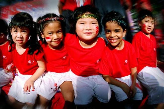 Nhung bat ngo thu vi khi lan dau toi Singapore hinh anh 1 1. Nền văn hóa đa dạng: Singapore không có một nền văn hóa hay dân tộc cụ thể nào mà bao gồm nhiều nhóm dân tộc khác nhau như Trung Quốc, Mã Lai và Ấn Độ. Sự đa dạng về văn hóa đồng nghĩa với việc Singapore có rất nhiều ngôn ngữ khác nhau, với 4 ngôn ngữ chính là tiếng Anh, tiếng Hoa, tiếng Mã Lai và Tamil. Quốc đảo này cũng có tới 10 tôn giáo lớn, trong đó phần lớn là Phật giáo, Đạo giáo, Hồi giáo, Ấn Độ giáo và Thiên chúa giáo.