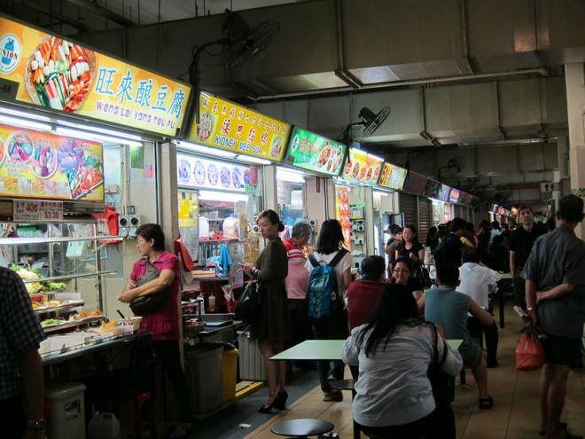 Nhung bat ngo thu vi khi lan dau toi Singapore hinh anh 3 3. Khu ẩm thực Hawker Centre: Không ai tới Singapore mà không thưởng thức các hương vị ẩm thực tại trung tâm ăn uống ngoài trời ở đây. Chính bởi nền văn hóa đa dạng nên Singapore cũng có một nền ẩm thực, đặc biệt là ẩm thực ngoài trời cũng rất phong phú. Nếu muốn thưởng thức tất cả các đặc sản của Singapore, bạn có thể sẽ phải mất ít nhất 3 ngày tại khu trung tâm ăn uống ngoài trời này.