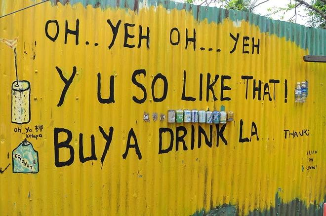 Nhung bat ngo thu vi khi lan dau toi Singapore hinh anh 5 5. Ngôn ngữ Singlish: Singlish dựa theo tiếng Anh nói, là một ngôn ngữ không chính thức và thông tục của Singapore. Ngoài tiếng Anh, Singlish cũng sử dụng nhiều từ vay mượn của tiếng Trung và Mã Lai. Nói cách khác, tới Singapore, bạn cần có từ điển cần thiết về Singlish để khỏi lúng túng và nhầm lẫn khi giao tiếp.