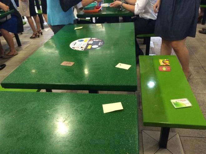 Nhung bat ngo thu vi khi lan dau toi Singapore hinh anh 7 7. Giữ chỗ bằng giấy tờ: Tại các trung tâm ăn uống ngoài trời đông đúc thật khó để vừa mua được đồ ăn vừa có chỗ ngồi ưng ý. Vì vậy, người Singapore thường kiếm cho mình một chỗ ngồi bằng cách đặt một tờ giấy vào chỗ mình đã chọn (kiểu giữ chỗ) rồi mới đi xếp hàng mua đồ ăn.