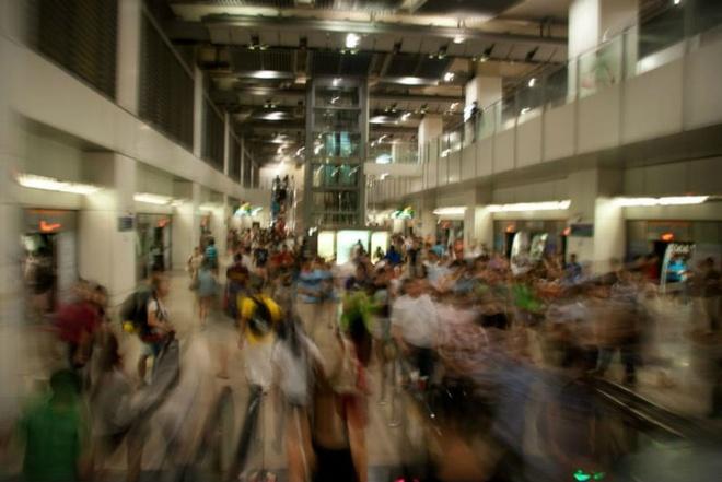 Nhung bat ngo thu vi khi lan dau toi Singapore hinh anh 8 8. Một quốc gia vội vã: Người Singapore có thể xếp hàng trong vòng một giờ nhưng họ vẫn bị coi là người thiếu kiên nhẫn. Bằng chứng là ở các tàu điện ngầm, bạn có thể thấy mọi người gần như là chạy tới chạy lui để di chuyển. Họ đi bộ nhanh, nói nhanh, ăn nhanh và làm việc cũng rất nhanh chóng.
