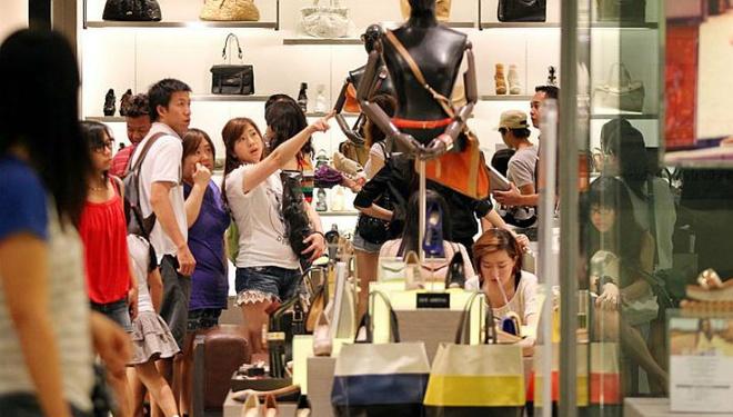 Nhung bat ngo thu vi khi lan dau toi Singapore hinh anh 9 9. Tình yêu với mua sắm: Người Singapore thích mua sắm tất cả mọi thứ, nó gần như được coi là một sở thích đặc trưng của quốc gia này. Tình yêu đó thể hiện qua số lượng trung tâm mua sắm dày đặc, từ các trung tâm giá rẻ đến trung tâm sang trọng, cao cấp. Đảo quốc sư tử này còn được coi là điểm đến đầu tiên cho những người yêu thích shopping của khu vực Đông Nam Á.