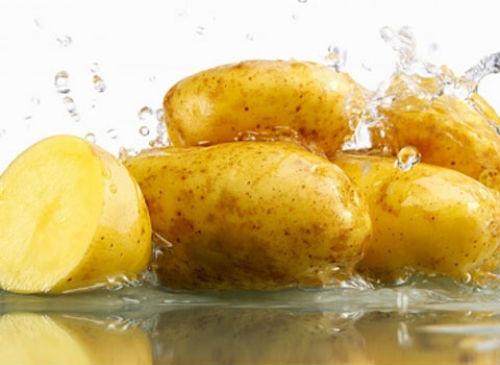 5. Mặt nạ khoai tây: Khoai tây có chứa catecholase, một loại enzime có thể làm sáng da, giảm các điểm đen, nhược điểm và cũng làm giảm bọng dưới mắt. Sử dụng nước ép khoai tây rồi nhúng 2 miếng bông gòn nhúng vào nước ép, đặt lên mắt, thư giãn trong khoảng 30-35 phút. Sau đó rửa sạch với nước lạnh.