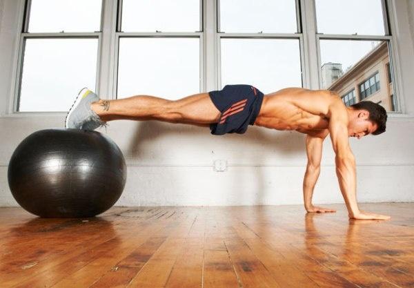 7 dong tac giup co bung 6 mui hinh anh 2 Nâng chân của bạn lên và dồn trọng lượng cơ thể vào chân và hai cánh tay của bạn. Bạn có thể tập động tác này khó khăn nhưng hiệu quả hơn bằng cách đặt chân hoặc cánh tay lên một quả bóng lớn.