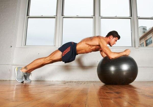 7 dong tac giup co bung 6 mui hinh anh 5 Động tác này có thể là bài tập cơ bụng tốt nhất giúp cơ thể ổn định và đẹp hơn. Bắt đầu với đầu gối trên mặt đất và cánh tay trên quả bóng. Dùng khuỷu tay đẩy từ từ quả bóng ra, giữ lưng thẳng. Cố gắng lặp lại động tác này khoảng 10-15 lần.