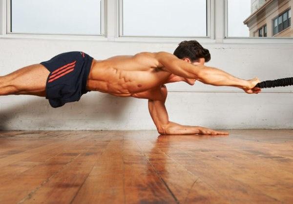 7 dong tac giup co bung 6 mui hinh anh 6 Khi giữ thăng bằng cơ thể với tấm ván và cánh tay tạo góc 900 với sàn nhà, bạn có thể sử dụng tay để kéo một sợi dây về phía ngực của mình và giữ trong khoảng một vài giây trước khi trở lại vị trí ban đầu. Lặp lại động tác này 10-15 lần rồi đổi bên.