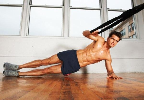 7 dong tac giup co bung 6 mui hinh anh 7 Với động tác này, bạn phải đảm bảo cơ thể của mình luôn thẳng và hông không bị trùng xuống. Kéo một sợi dây về phía trước mặt bạn khoảng 10-15 lần rồi đổi bên.