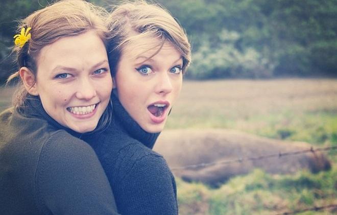 Style tuong dong cua cap doi Taylor Swift - Karlie Kloss hinh anh 2 Dù cả hai liên tục phủ nhận mối quan hệ thân thiết quá mức của mình, nhưng có thể nhận thấy phong cách thời trang của Taylor Swift đã thay đổi theo hướng ngày càng gần gũi đến mức tương đồng với thiên thần Victoria's Secrect, đặc biệt là các kiểu tóc.