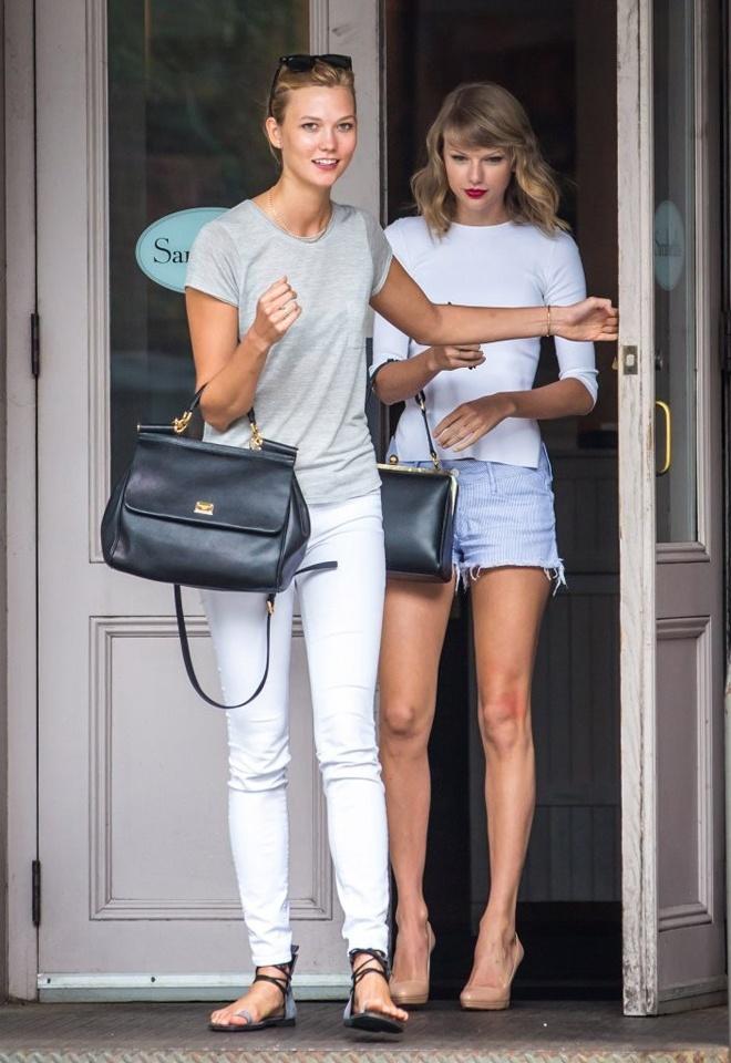 Style tuong dong cua cap doi Taylor Swift - Karlie Kloss hinh anh 6 Không ít lần fan hâm mộ tinh ý đã nhận ra sự giống nhau về phong cách thời trang của Taylor và Karlie, từ màu sắc bộ đôi áo trắng, quần xám xanh và áo xám, quần trắng.