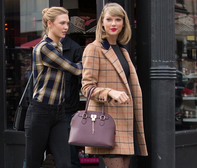 Style tuong dong cua cap doi Taylor Swift - Karlie Kloss hinh anh 9  Và cả những kẻ sọc ca rô khi tung tăng cùng nhau dạo phố.