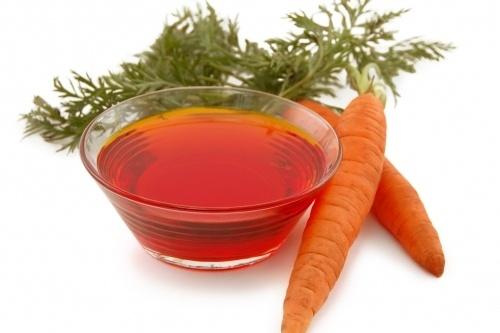 6. Tinh dầu hạt cà rốt: Để giảm chứng tấy đỏ và ngăn chặn sẹo, bạn hãy bôi loại dầu này bởi nó rất giàu beta carotene, cũng như vitamin A và vitamin E.