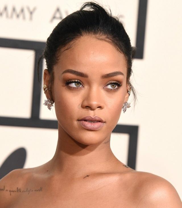Nhung tham hoa trang diem tai le trao giai Grammy hinh anh 5 Rihanna