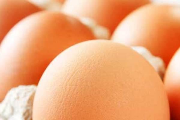 6 thuc pham an vao buoi sang giup ban tre lau hinh anh 1 1. Trứng: Trứng là một loại thực phẩm giàu chất dinh dưỡng bảo đảm sức khoẻ cho cơ thể. Lòng trắng trứng chứa nhiều chất đạm, lòng đỏ chứa nhiều sắt, can xi, vitamin nhóm B và vitamin E. Ngoài ra trứng chứa một lượng lớn cholesterol sẽ có hại cho quá trình lão hoá của làn da. Nhưng khi bạn sử dụng một quả trứng trong ngày vào buổi sáng thì lại có tác dụng cung cấp năng lượng hoạt động cho cơ thể và ngăn chặn lão hoá hiệu quả.